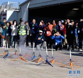 11月11日,青少年在活动现场观看火箭模型发射。摄影:新华社记者岳月伟
