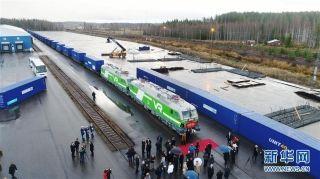 11月10日,在芬兰科沃拉,一班载有41个集装箱的国际铁路列车停在货运车站内等待发车。摄影:新华社记者李骥志