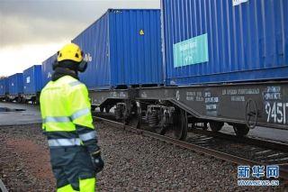 11月10日,在芬兰科沃拉,一班载有41个集装箱的国际铁路列车驶离货运车站。摄影:新华社记者李骥志