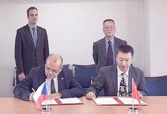中捷两国签订《轻型飞机生产许可双边协定》