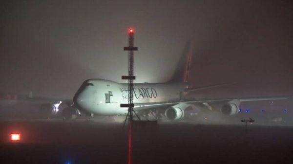 荷兰马城机场一架货机起飞时滑出跑道