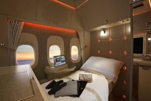阿联酋航空全新波音777头等舱平躺睡床
