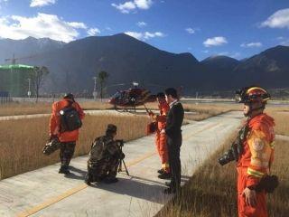 西藏林芝6.9级地震 直升机送救援人员进村搜救