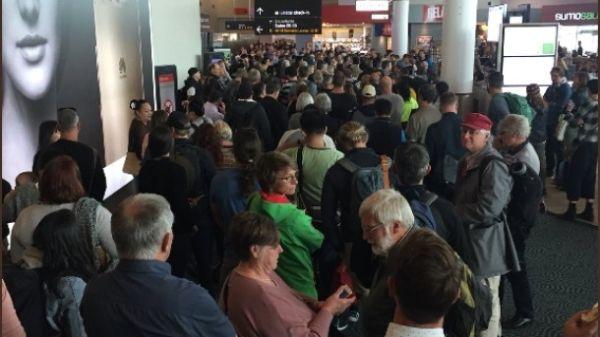 女乘客故意逃避安检 致使7次航班延误