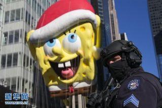 11月23日,在美国纽约,警察在感恩节大游行的行进道路旁警戒。