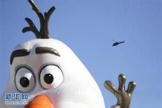 纽约感恩节大游行加强安保 直升机道路上空盘旋