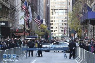 11月23日,在美国纽约,警察在感恩节大游行的行进道路附近警戒。