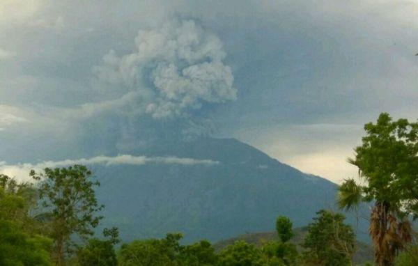 印尼阿贡火山再次喷发 机场航空预警升至红色