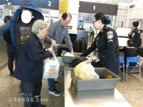 暖手更暖心 白云安检帮助七旬旅客顺利登机