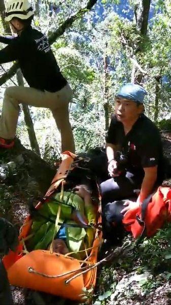领队八通关坠崖失温骨折 直升机吊挂救出送医