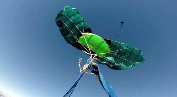 惊险!南非男子跳伞遭遇缠线在高空打转