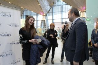 Pulkovo CCO Evgeniy Ilyin (right)congratulated Anastasiya on behalf of the airport.