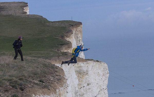 惊险!英跳伞者为救摔伤朋友从百余米悬崖跳下