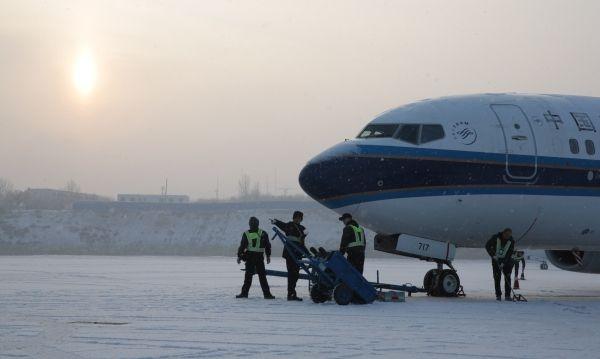 迎入冬第二场雪  南航90余航班在乌除冰后起飞