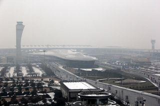 郑州机场迎今冬初雪 14日中午航班或有延误