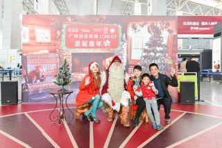 圣诞老人现身广州白云机场 派送新年礼物