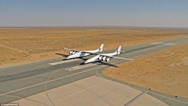 """据英国《每日邮报》报道,近日,名为""""Stratolaunch""""的全球最大飞机依靠自身动力进行了首次滑行试验,飞机的六个普惠发动机全部启用,每个发动机重达8940磅(4000公斤)。在Stratolau"""