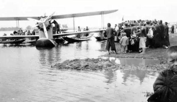 1934年拍摄的龙华机场运送飞机场景。图/上观新闻