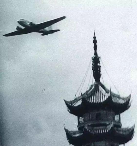 1935年,一架中国航空公司的DC-2运输机低空掠过龙华宝塔上空。图/上观新闻