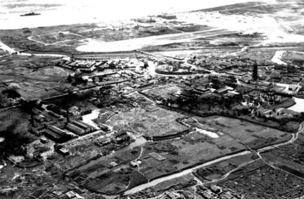20世纪40年代的徐汇滨江旧貌,龙华寺和龙华机场清晰可见。图/上观新闻