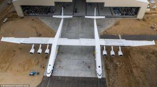 """据英国《每日邮报》报道,近日,名为""""Stratolaunch""""的全球最大飞机依靠自身动力进行了首次滑行试验,飞机的六个普惠发动机全部启用,每个发动机重达8940磅(4000公斤)。在Stratolaunch的首次低速滑行试验中,它成功地以每小时45公里的速度在跑道上进行了滑行。一旦试验完成,翼展超过足球场的Stratolaunch将被用于向太空发射卫星和其它物体。Stratolaunch预计将于2019年首飞。"""