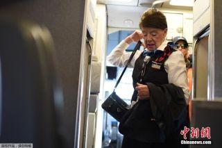 81岁的世界最年长空姐 当空乘60年还将继续