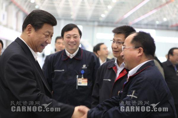 2012年12月8日习总书记视察中航通飞时与黄领才握手。