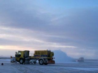 锡林浩特机场24日遭遇强降雪 被迫关闭跑道2小时