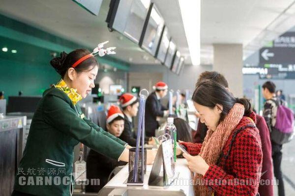 圣诞老人现身上海机场 春秋派礼物送机别出心裁