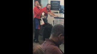 西南航空乘务员为乘客深情演绎圣诞歌曲