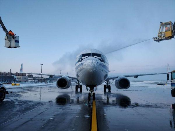 乌鲁木齐遭遇大雪封城 新疆机场机务积极应对
