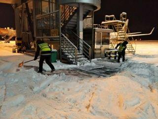 乌机场分公司消防护卫部:全力清雪保障运行