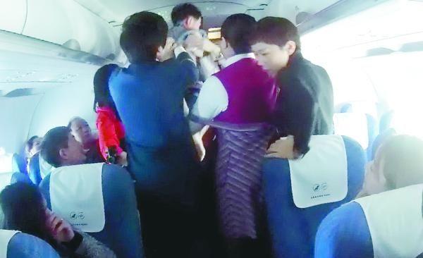 男童昏迷航班备降 为抢时间空姐一抱40分钟