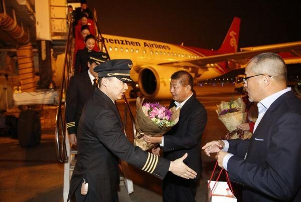 深航总裁陈志勇(右二)为机组人员献花