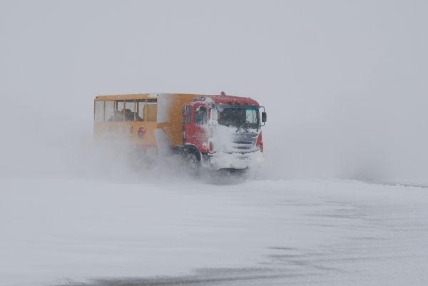 阜阳机场因暴雪继续关闭 除雪工作正紧张进行