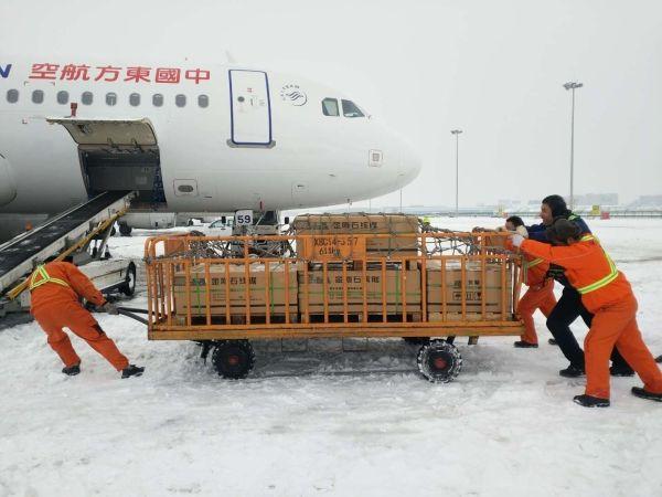 风雪中的坚守:东航西北地服雪天保障高效有序