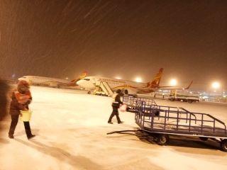 彻夜无眠!郑州机场抗击冰雪全力保障