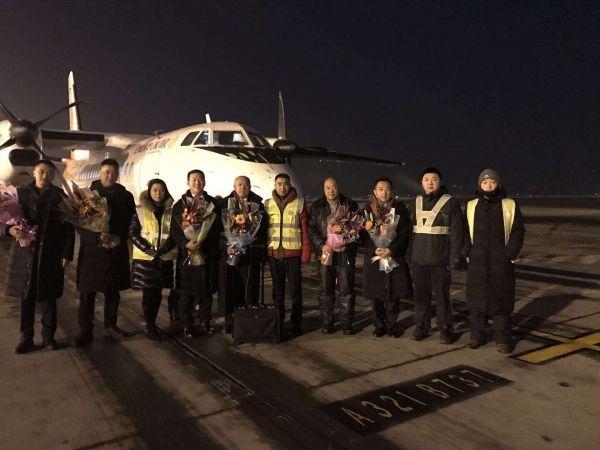 幸福航空运行副总裁王洪太慰问哈尔滨最后一个航班机组