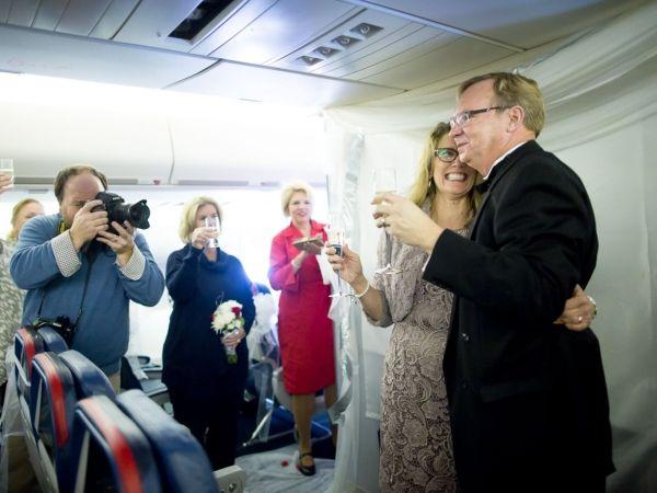 747告别飞行成婚礼现场 见证机长和空姐的爱情