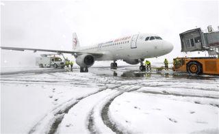 东航安徽分公司机务人抗击冰雪,保障航班运行。