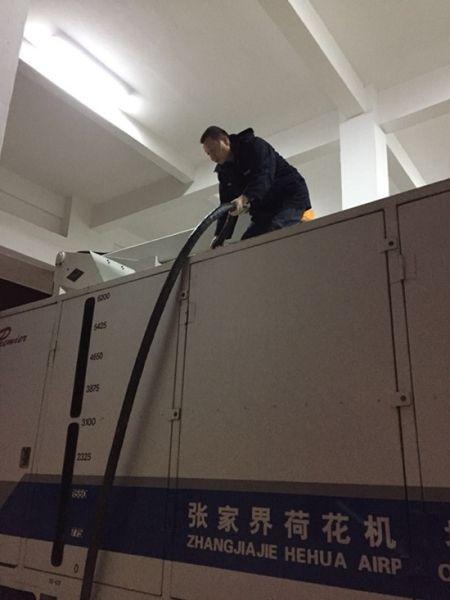 张家界荷花国际机场机务人员正在给除冰车灌除冰液