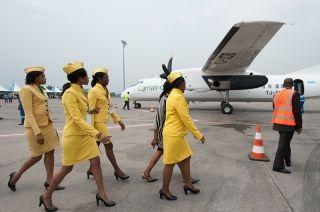 新舟60在喀麦隆机场等待起飞。图片由中航国际提供。