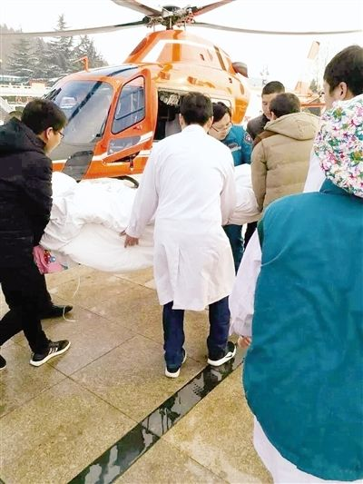天降大雪救援遇难题!登封动用直升机转运病人