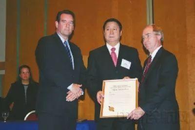 2006年10月25日,国际航空界著名的飞行安全基金会授予了杨元元航空安全终身成就奖。