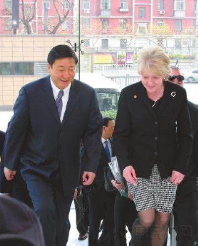 2007年4月13日,杨元元会见了来访的时任美国运输部长玛丽·彼得斯。