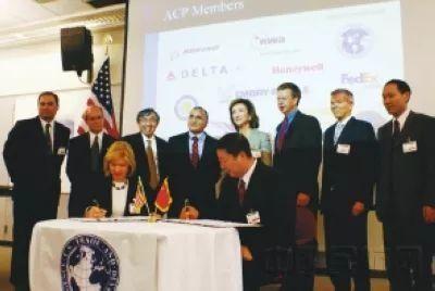 2007年7月9日,中美航空合作项目(ACP)在西雅图启动了向中国民航提供的第二期高级管理人员培训(EMDT)。杨元元与时任美国贸易发展署署长李·扎克签署协议。