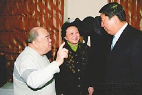 杨元元(右一)与周总理赴非洲专机机组领队张瑞霭(左一)愉快交谈。刘建峰