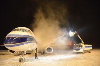 富蕴机场首次完成夜间降雪天气下飞机除冰保障
