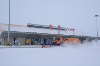 富蕴机场一车双岗提升除雪效率 确保航班运行