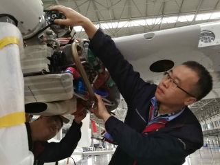 1月16日,辽宁省法库县通航基地辽宁联航神燕飞机制造有限公司技术人员在进行整机交付前的调试。